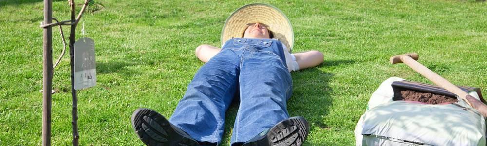 Zahradník odpočívá při sázení